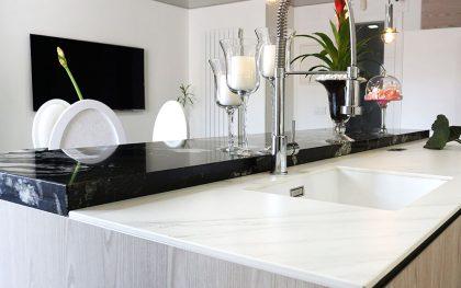Una cocina en blancos y negros, elegante e innovadora