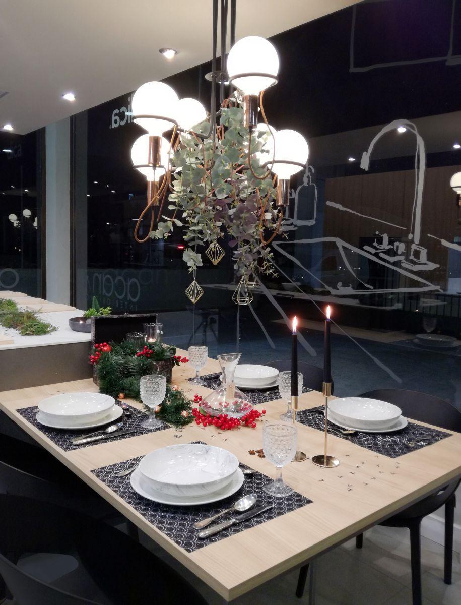 Mesa navideña con decoración elegante y formal